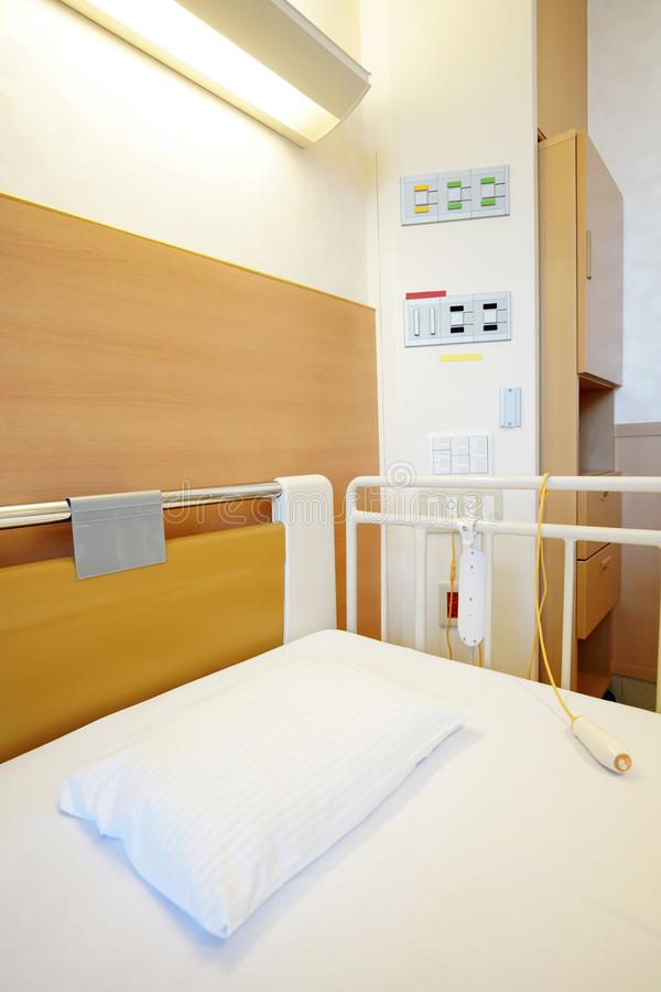 Chambre d'hôpital avec le lit vide photographie stock libre de droits