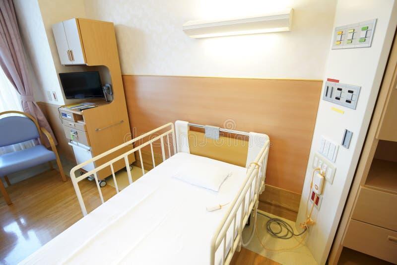 Chambre d'hôpital avec le lit vide images stock