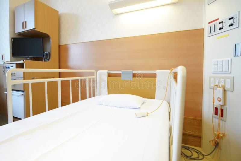 Chambre d'hôpital avec le lit vide image libre de droits
