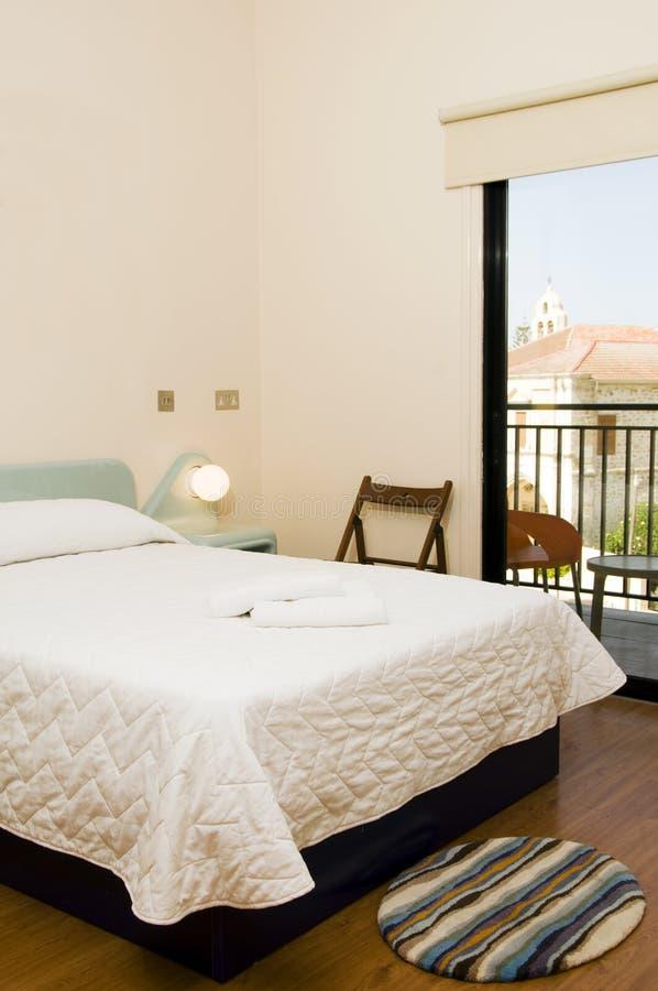 Chambre d'hôtel avec la vue de l'église larnaca Chypre photos libres de droits