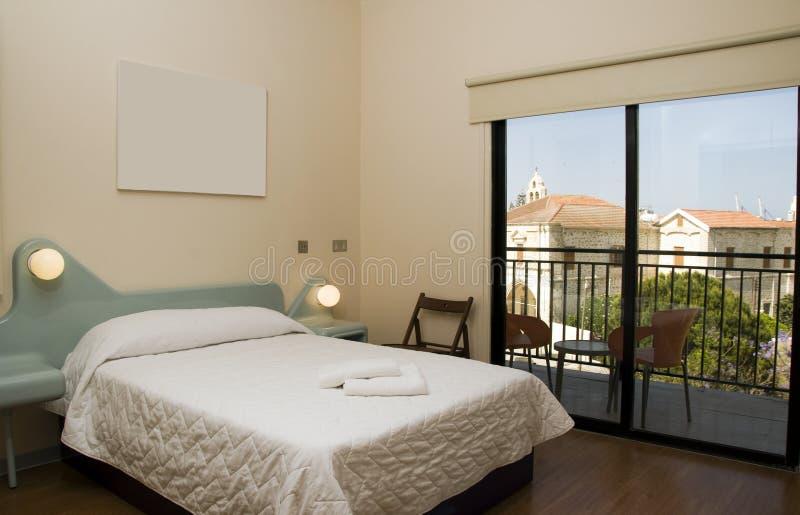 Chambre d'hôtel avec la vue de l'église larnaca Chypre photos stock