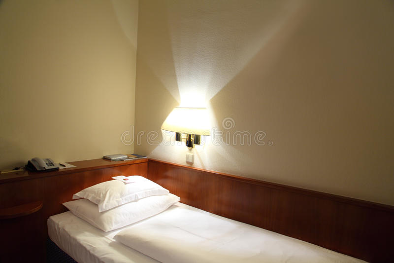 Chambre d'hôtel avec le bâti images stock