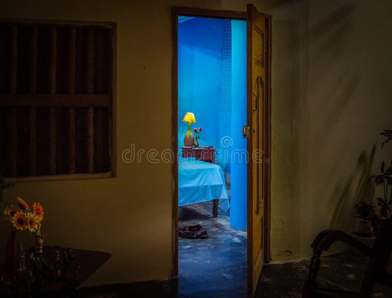 Chambre d'hôtel bleue photos stock