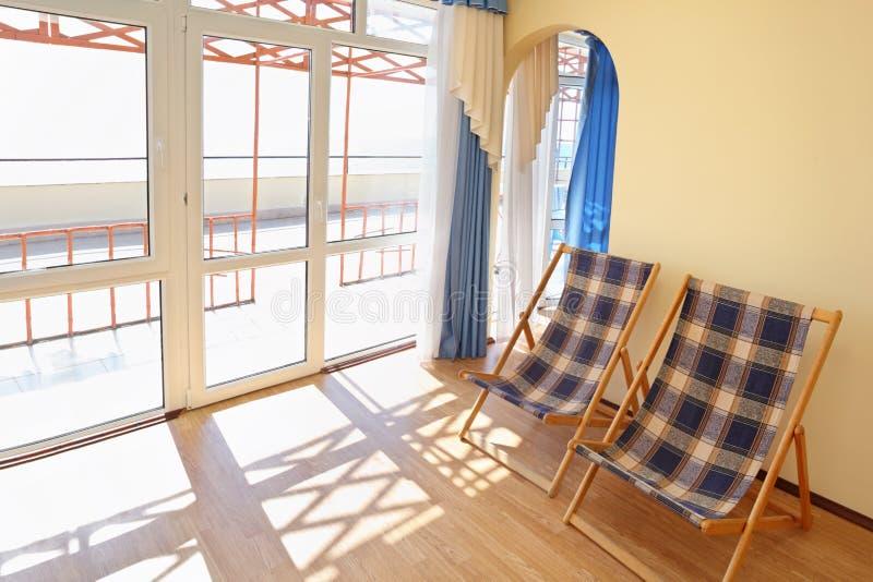 Chambre d'hôtel confortable avec des salons de cabriolet images libres de droits