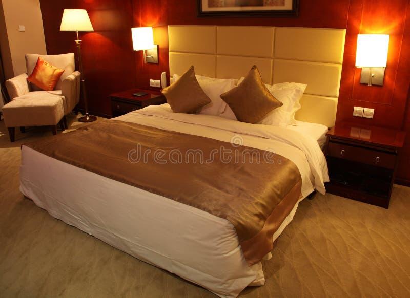 Chambre d'hôtel de luxe la nuit photographie stock libre de droits