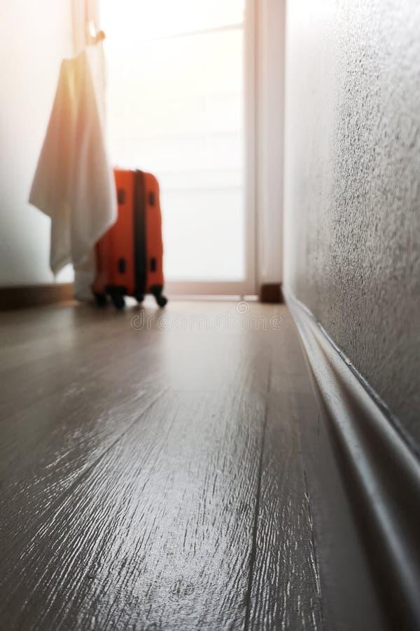 Chambre d'hôtel de tache floue de fond l'atmosphère chaude de matin et l'espace vide pour le texte photographie stock