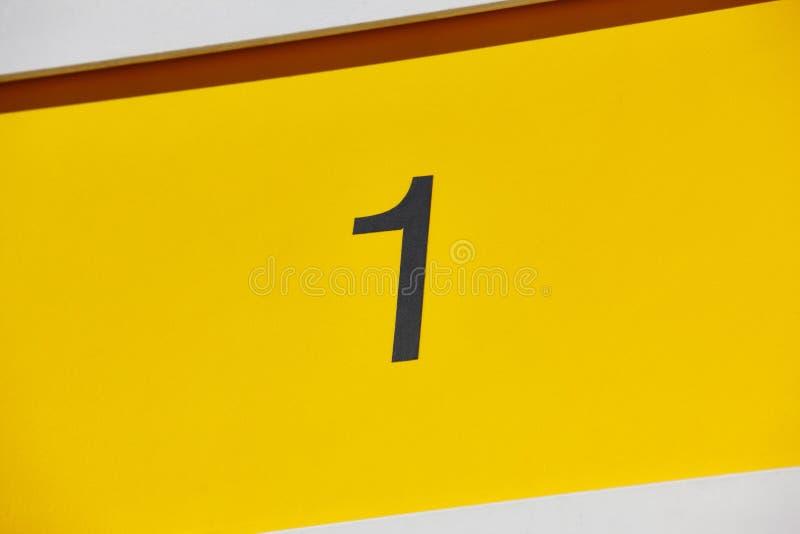 Chambre d'hôtel numéro un, fond jaune Appartement de touristes photo stock