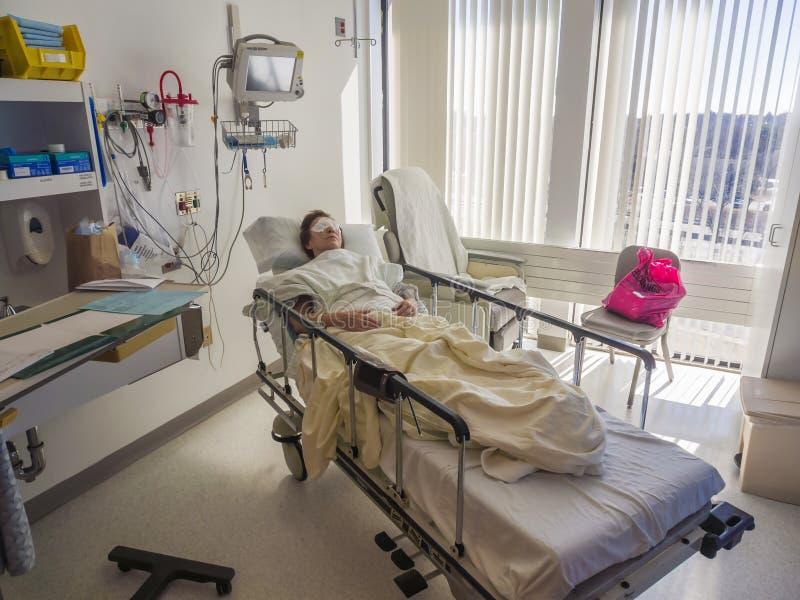 Chambre d'hôpital et patient photo stock