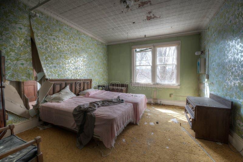 Chambre d'hôtel abandonnée image libre de droits