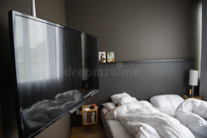 Chambre d'hôtel avec la TV photo stock