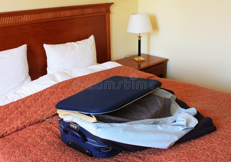 Chambre d'hôtel avec la valise et les vêtements photos stock