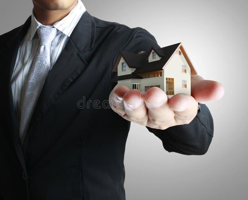 Chambre dans des mains humaines image libre de droits