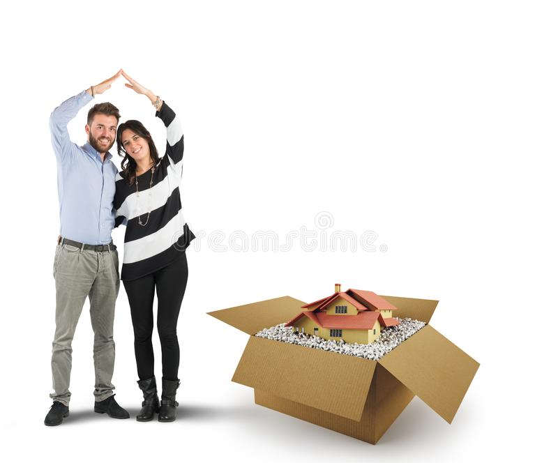 Chambre dans une boîte en carton Concept d'acheter un logement photographie stock libre de droits
