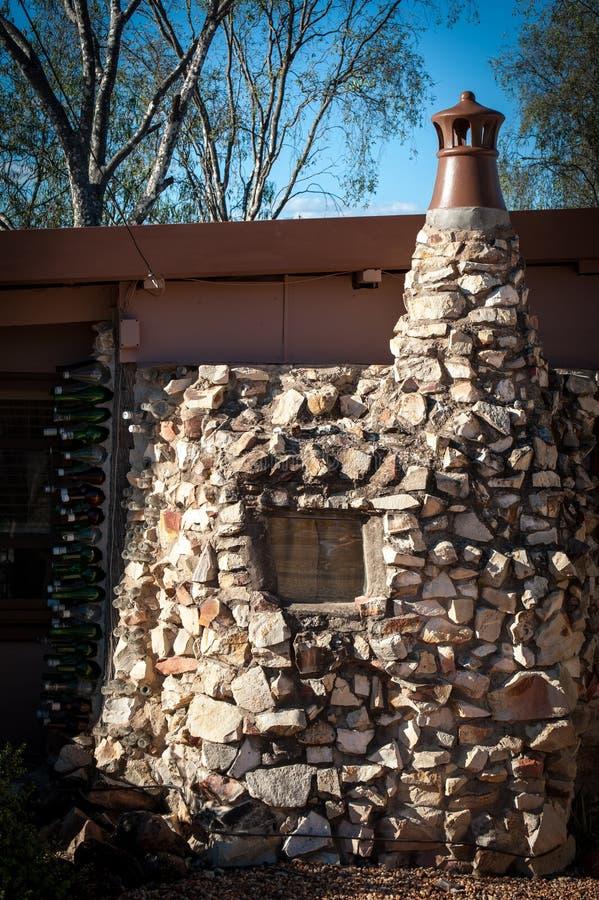 Chambre de bouteille faite de pierre et bouteilles photographie stock