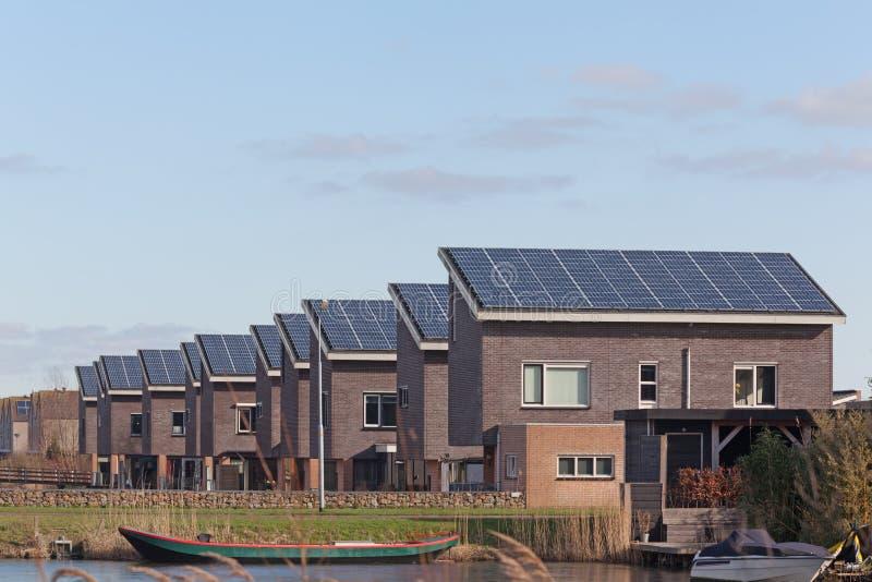 Chambre de famille avec les panneaux solaires images libres de droits