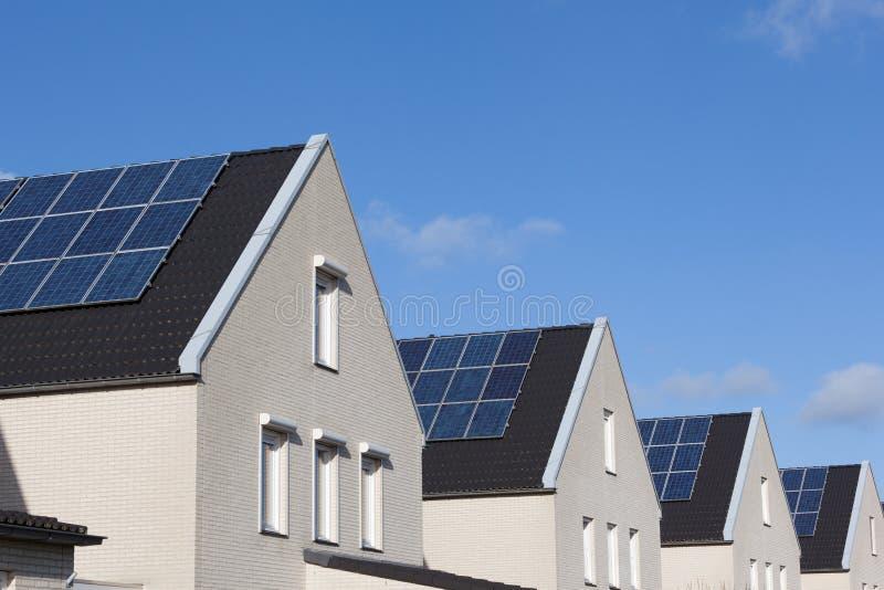 Chambre de famille avec les panneaux solaires photos stock