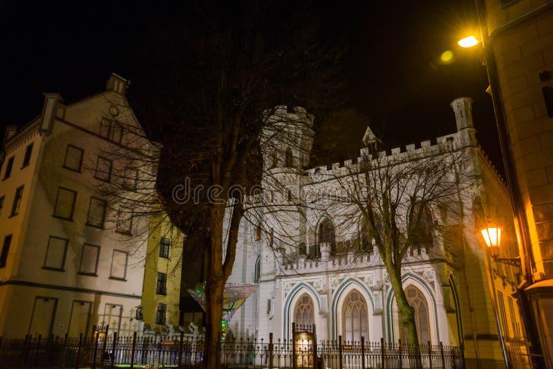 Chambre de petite guilde dans la vieille ville à Riga en Lettonie Paysage de nuit avec l'éclairage photographie stock libre de droits