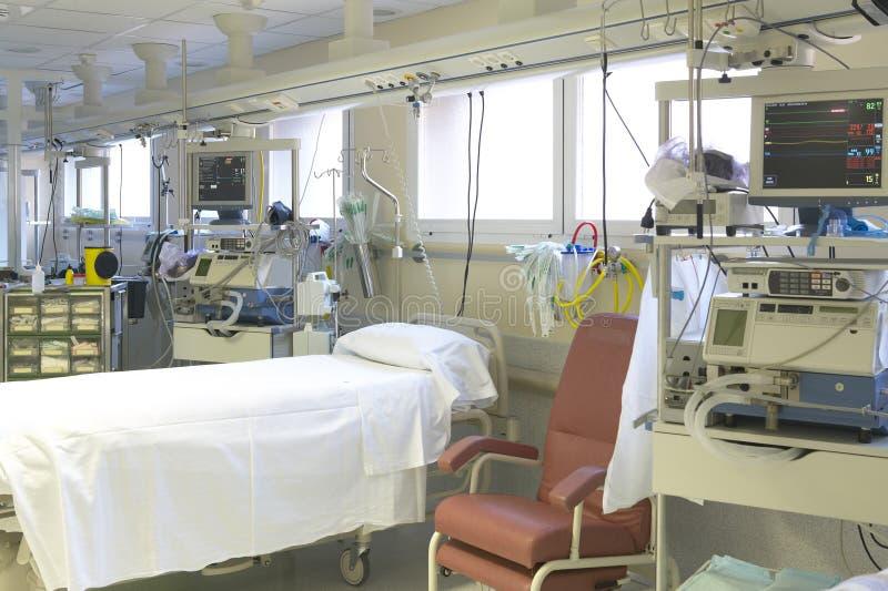 Chambre de secours d'hôpital avec le lit et l'équipement photographie stock