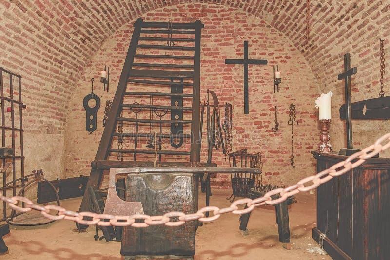 Chambre de torture d'enquête Vieille chambre de torture médiévale avec beaucoup d'outils de douleur photos libres de droits