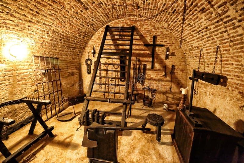 Chambre de torture médiévale avec l'abondance des outils photo libre de droits