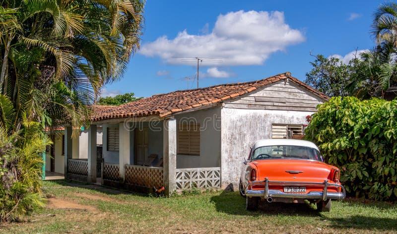 Chambre de Vinales et voiture classique photographie stock