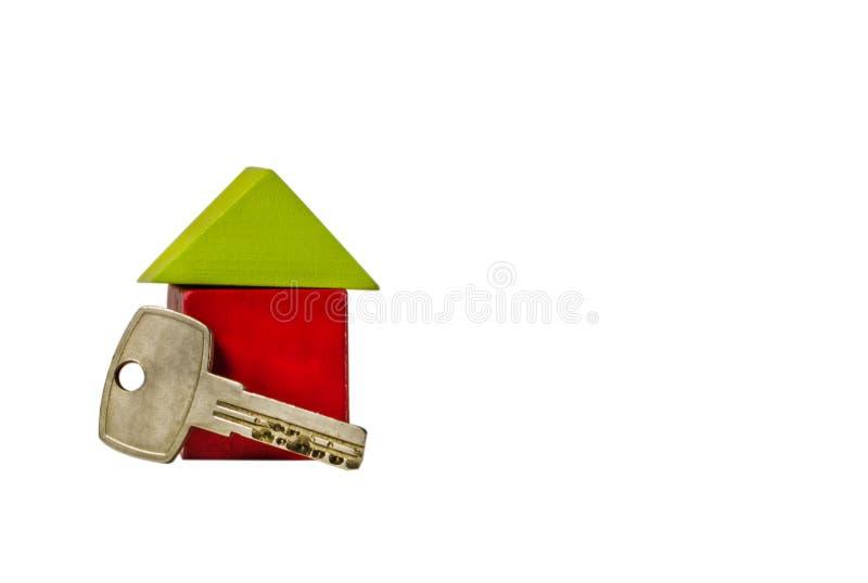 Chambre des cubes en bois avec une clé sur un fond blanc photographie stock
