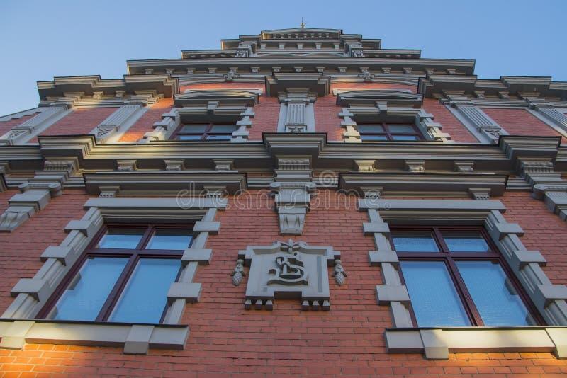 Chambre des points noirs et l'église du ` s de St Peter à Riga Lettonie photographie stock