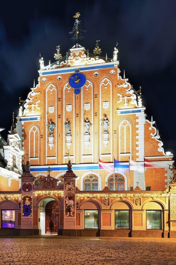 Chambre des points noirs la nuit à Riga image libre de droits