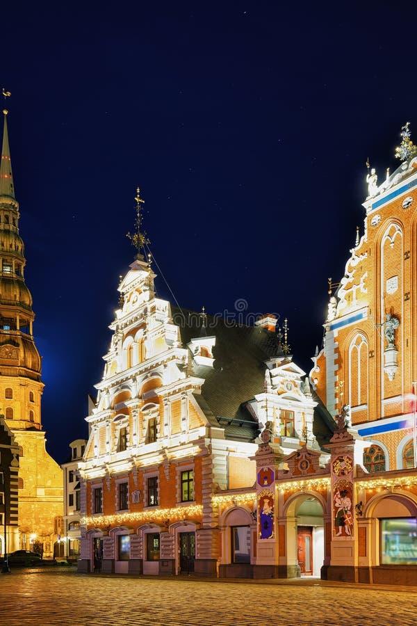 Chambre des points noirs pendant la nuit à Riga photo stock