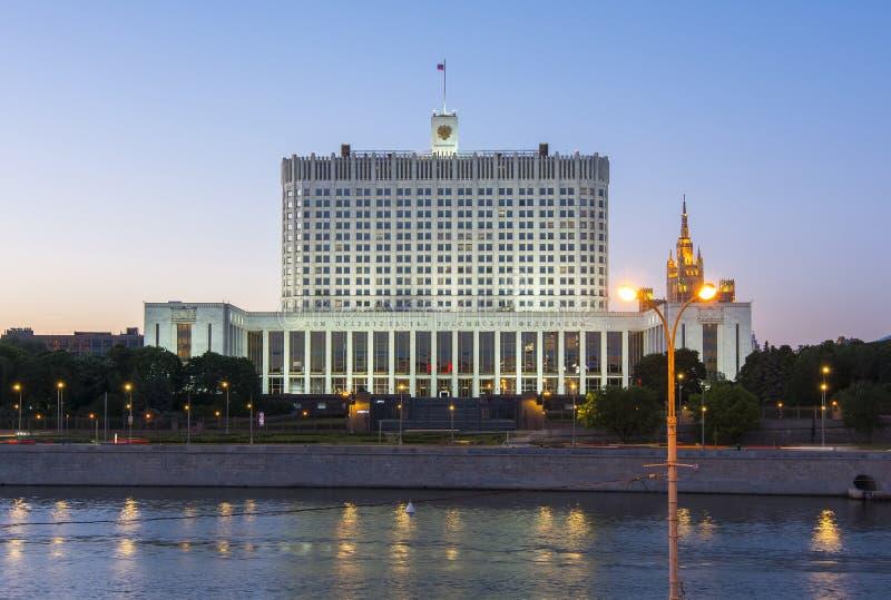 Chambre du gouvernement de la Maison Blanche de Fédération de Russie au coucher du soleil, Moscou, Russie photographie stock libre de droits