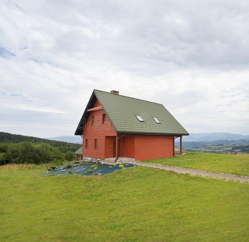 Chambre en bois dans les montagnes photo libre de droits
