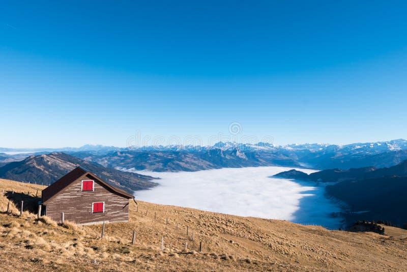 Chambre en bois sur le dessus de la montagne de Rigi Kulm en Suisse photos libres de droits