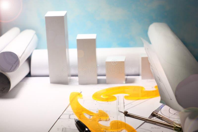 Chambre en construction, disposition de maison, rouleaux de diagrammes et dessins pour le projet, concept du coût de construire u photo libre de droits