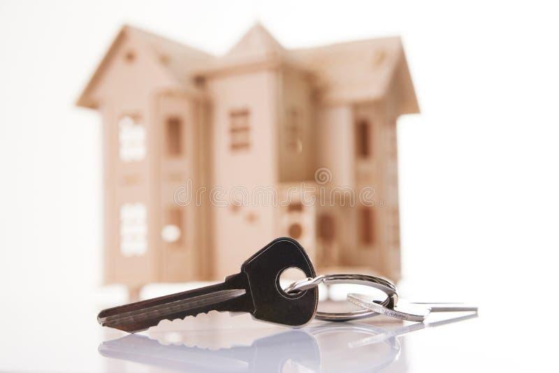 Chambre et clés de maison d'isolement sur le fond blanc photographie stock libre de droits