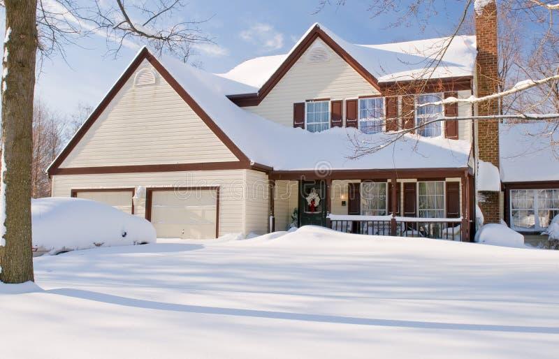 Chambre et véhicules couverts dans la neige photographie stock libre de droits