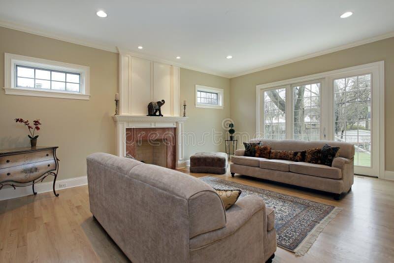 Chambre familiale avec la cheminée de marbre images libres de droits