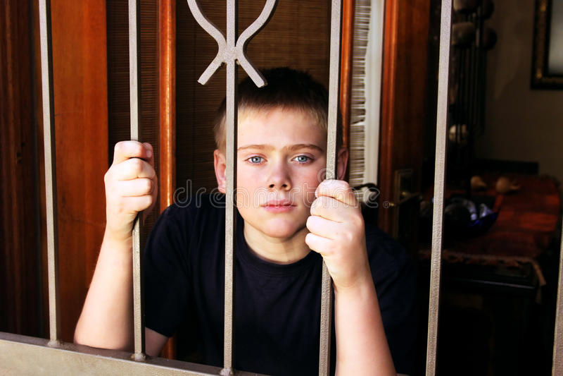 Chambre intérieure verrouillée jeune par garçon pour la protection photos libres de droits