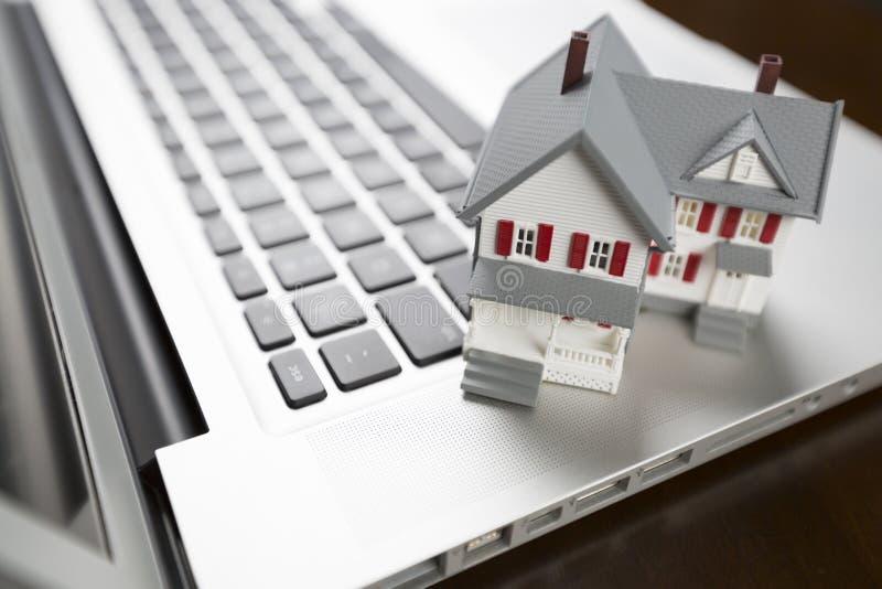 Chambre miniature minuscule sur un ordinateur portable image libre de droits
