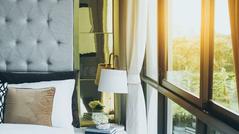 Chambre moderne à côté de la fenêtre le matin avec lumière du soleil photo libre de droits
