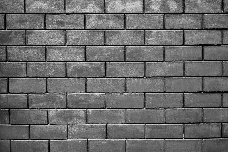 Chambre noire avec le plancher de tuiles et le fond de mur de briques photo stock