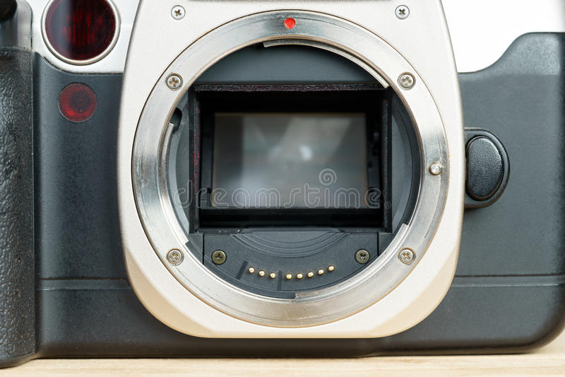 Chambre noire de film de SLR, plan rapproché de bâti de lentille de baïonnette en métal images libres de droits