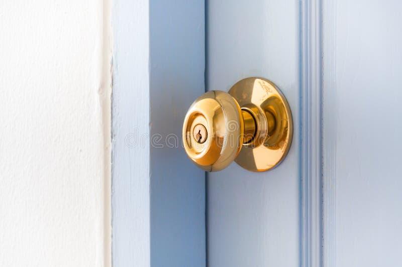 Chambre ouverte d'or de bouton de porte en métal photos libres de droits