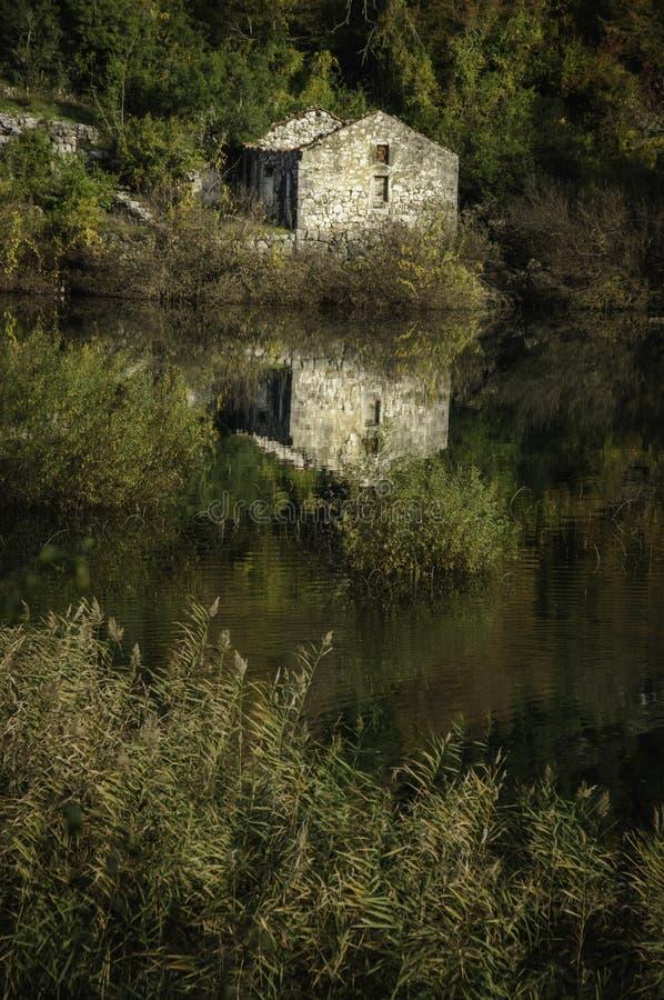 Chambre par le lac Skadar photographie stock libre de droits