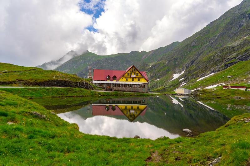 Chambre près du lac en montagnes de Fagaras image libre de droits