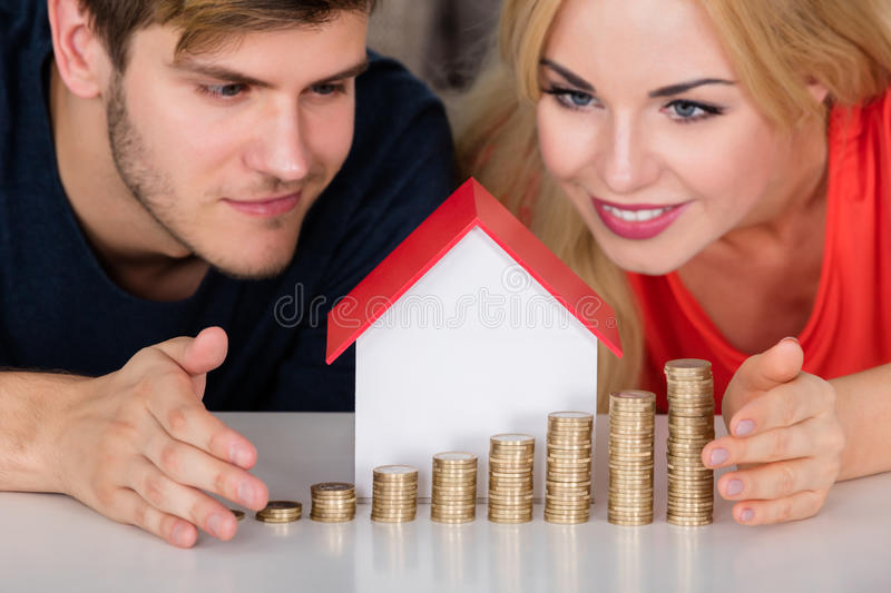 Chambre protectrice With Stacked Coins modèle de couples image stock