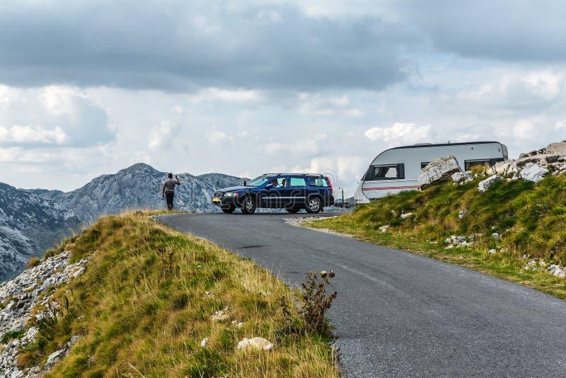 Chambre sur des roues Vue panoramique dans Durmitor, Monténégro Route de montagne image stock