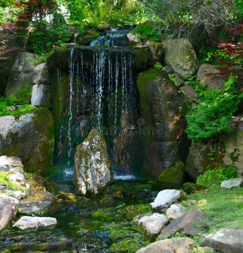 Chambre sur la cascade de roche photo stock