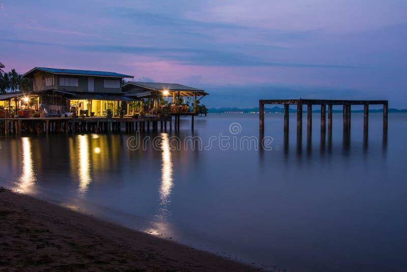 Chambre sur la plage avec le coucher du soleil au-dessus de la mer sur l'île de Chang de KOH images stock