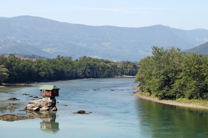 Chambre sur la rivière Serbie de Drina de roche photo stock