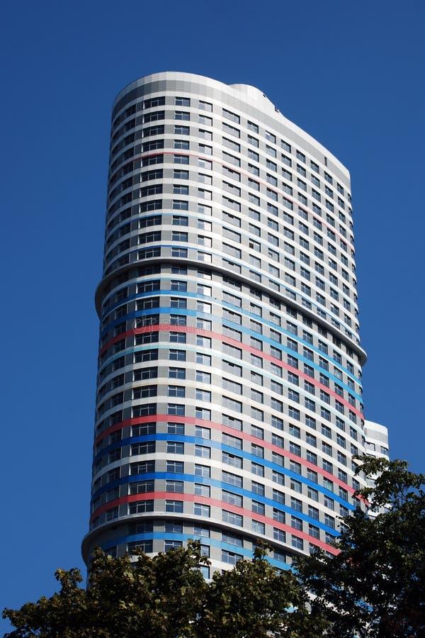Chambre sur la rue de Malakhitovaya dans la perspective du ciel bleu moscou photo libre de droits